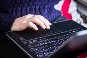 Dobór laptopa biznesowego jest jedną z najważniejszych kwestii jeśli chodzi o wygodę pracy, ale również i efekty